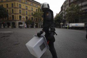 Biel Aliño - Policia retirant urna del 1o